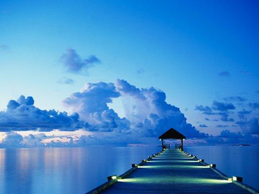 Brygge ved solnedgang på White Sands Island på Maldivene.