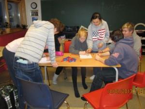 Her er elevene konsentrert om oppgaven.
